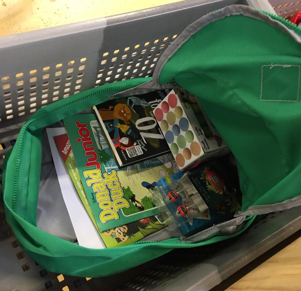 Ingepakte tas voor zomerpretpakket